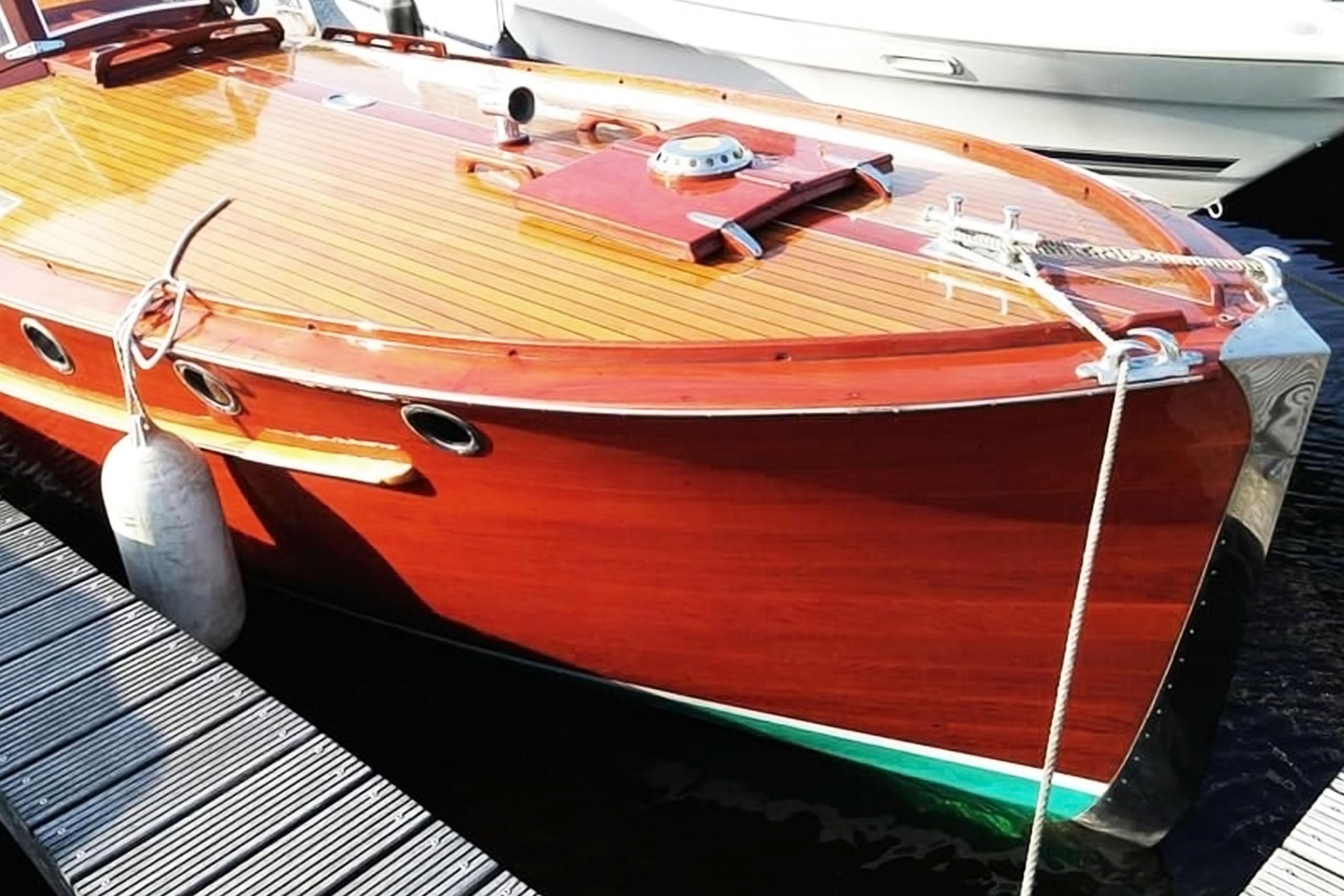 Jachtschilder Friesland-jacht-houten-boot-sloep-bootlak-Coelan-bootcoating-classic-design-yacht-painter- Hendrik Veltman